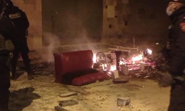 Pobladores saquean y queman enseres de una discoteca informal en Juliaca |  EDICION | CORREO