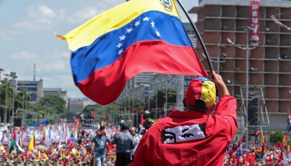 Un partidario del presidente venezolano Nicolás Maduro ondea una bandera nacional en Caracas, Venezuela, el 2 de febrero de 2019. (AFP/VENEZUELAN PRESIDENCY/Referencial).