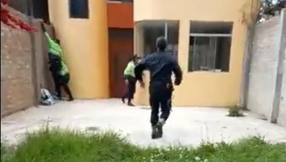 Policías corren para ingresar por la pared