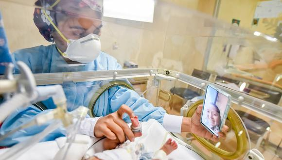 Personal de salud ayuda a que madre no pierda conexión con su bebé recién nacido en UCI. | Foto: Cortesía.