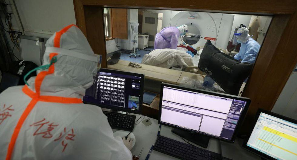 Esta foto tomada el 28 de febrero de 2020 muestra a un miembro del personal médico mirando una pantalla mientras un paciente infectado por el coronavirus COVID-19 realiza una tomografía computarizada en el hospital de la Cruz Roja en Wuhan, en la provincia central china de Hubei. (AFP).