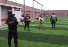 Coronavirus: intervienen a 16 jóvenes jugando y bebiendo en cancha de fulbito cerrada en Tacna
