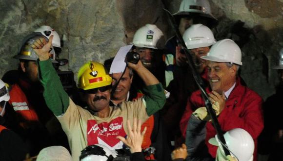 En esta foto de archivo tomada el 13 de octubre de 2010, el minero chileno Juan Illanes celebra después de salir de la cápsula Fenix luego de ser sacado a la superficie luego de una terrible experiencia de 10 semanas en la mina colapsada San José, cerca de Copiapó, 800 km al norte. de Santiago. (Foto de Martin BERNETTI / AFP)
