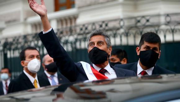 El presidente saludando a la ciudadanía tras su salida del Congreso. (Presidencia)