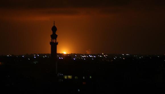 Se ven humo y llamas luego de un ataque aéreo israelí en la ciudad de Khan Yunis, en el sur de la Franja de Gaza, el 16 de septiembre de 2020. (SAID KHATIB / AFP)