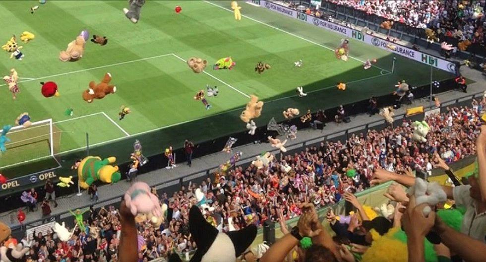 """VIDEOS: Hinchas se """"atacan"""" con peluches en un estadio"""