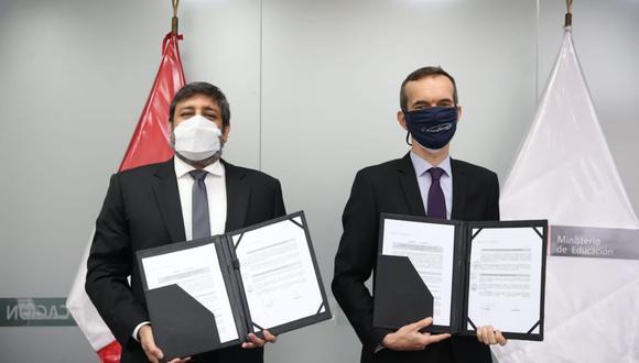 El convenio de cooperación interinstitucional fue firmado por el ministro de Educación, Ricardo Cuenca, y el embajador de Francia en el Perú, Marc Giacomini. (Foto: Embajada de Francia en el Perú)