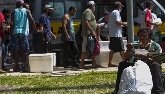 Madres embarazadas, ancianos y personas de diversas edades se reunieron bajo el sol del mediodía para recoger una comida distribuida por el Gobierno de Sao Paulo. (Foto: Miguel SCHINCARIOL / AFP).