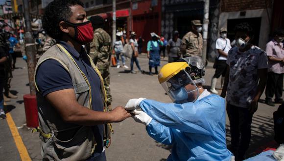 Lima 29 de abril de 2020  Minsa y municipalidad realizan prueba rápida contra el covid-19 a comerciantes del mercado Caquetá,  en san Martin de Porres.  Foto: joel alonzo