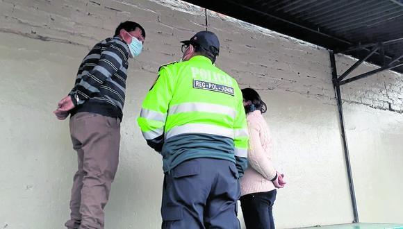 Esposos son detenidos por la policía