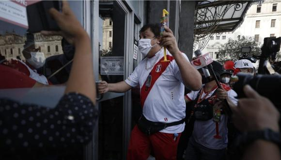 Richard Swing ingresando un local de comida rápida para refugiarse de manifestantes que lo insultaron en la Plaza San Martín. | Foto: César Campos / @photo.gec