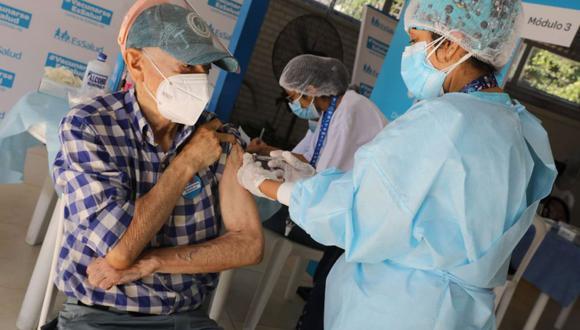 Adultos mayores asegurados de EsSalud recibirán vacunas (Foto: Andina)