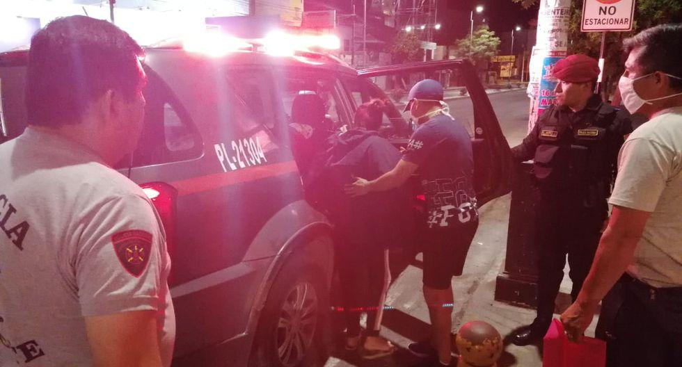 Durante la inmovilización social obligatoria, agentes de la Región Policial de La Libertad apoyaron a una madre y a su bebé a trasladarlos al hospital de emergencia. (PNP)