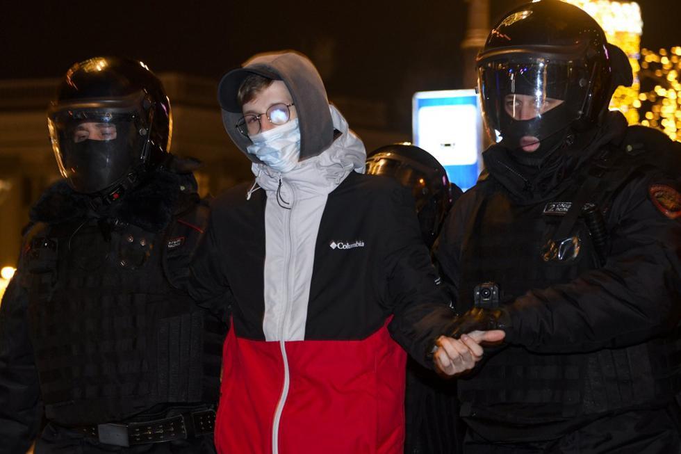 Según informa la prensa local, varios cientos de personas salieron a la calle en la capital pese al gran dispositivo policial desplegado por la policía moscovita en previsión de protestas antigubernamentales. Decenas fueron detenidos en las inmediaciones del Kremlin, donde habían sido movilizados varios cientos de efectivos de la Guardia Nacional. En la foto, la policía detiene a un hombre en el centro de Moscú. (Texto: EFE / Foto: Alexander NEMENOV / AFP)