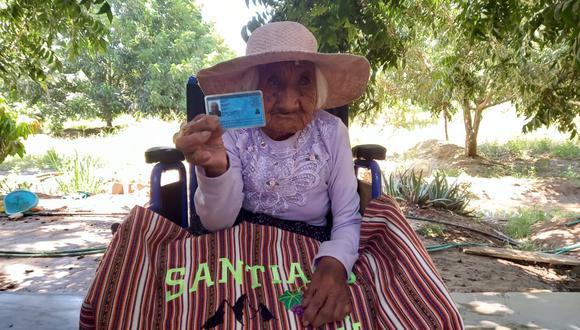 Rufina Ipurre muestra su DNI con gran voluntad hacía la prensa