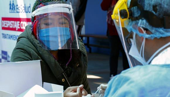 Las prioridades de financiamiento estarán dirigidos al escalamiento de Kits de diagnóstico para la COVID-19. En la foto, una residente de la ciudad de Puno se somete a un test de COVID-19 el pasado 2 de septiembre de 2020. (Carlos MAMANI / AFP)