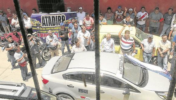 Taxistas bloquean las calles en protesta por nuevo reglamento