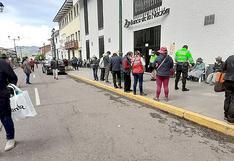Enormes colas y venta de espacios para cobrar bonos del Estado en Cusco (VIDEO)