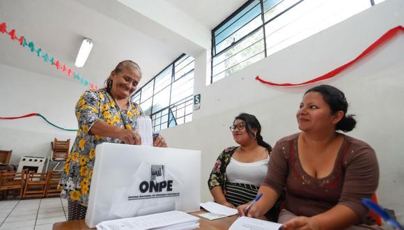 Percy Minaya explicó que no hay suficientes dosis para atender a las 400 mil personas que participarán en el proceso electoral a nivel nacional, ya que se priorizará a adultos mayores. (Foto: Andina)