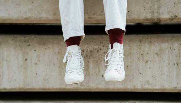 En esta pandemia, las zapatillas blanca son el calzado estrella del verano para estar cómodos en casa y armando diversos looks con estilo urbano. (Foto: Ketut Subiyanto / Pexels)