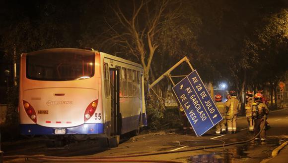 El bus impactó violentamente contra un árbol y se trajo abajo un letrero de señalización.(Foto: Césae Grados)
