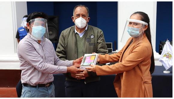 Grupos estudiantiles de la Universidad Nacional de Trujillo entregan tablets a alumnos (FOTOS)