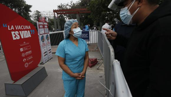 El personal de salud cumplió con explicar que la vacuna de Sinopharm es segura y efectiva, pero algunas personas optaron por no recibirla y se fueron del centro de vacunación. (Foto: Jorge Cerdan/@photo.gec)