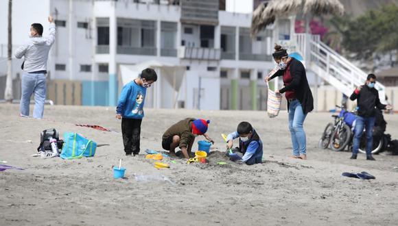 Varios pequeños jugaron en la arena y el mar este sábado, primer día del mes de agosto. Fotos: Britanie Arroyo/GEC