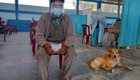 Abuelito va a centro de vacunación acompañado de su perrito