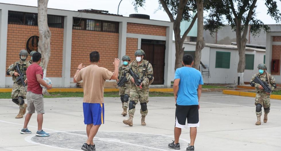 Un grupo de de infractores, incluso, jugaba fulbito en una losa deportiva de Sullana, en Piura.  (Foto: Andina)