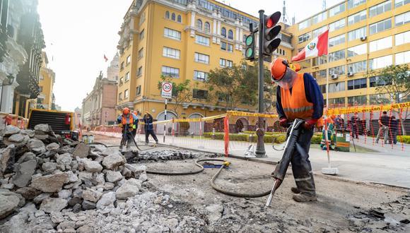Actualmente, se efectúa el retiro de la carpeta asfáltica, sardinel y adoquinado, así como la demolición de veredas y excavación de zanjas para el tendido de tuberías sanitarias en el Centro de Lima. (Foto: Municipalidad de Lima)