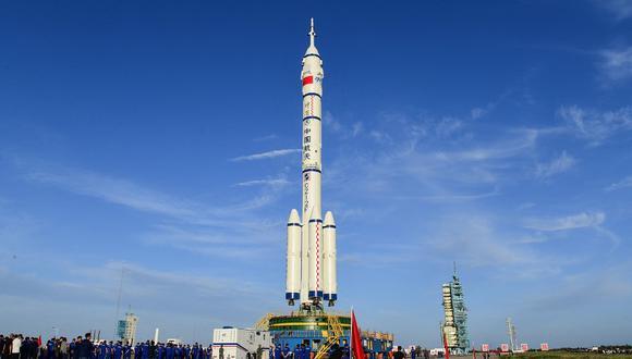En la imagen se aprecia al cohete portador Long March-2F, que transporta la nave espacial Shenzhou-12, para la próxima misión tripulada al espacio de China programada para este 17 de junio. (STR / China News Service (CNS) / AFP)