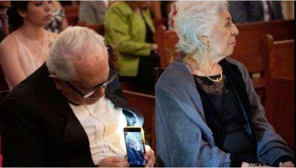 Viral│Anciano enamorado es captado tomándole fotos a su esposa sin que ella se dé cuenta