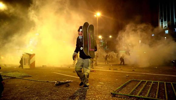 Sus patinetas fueron sus escudos contra los perdigones y lacrimógenas de la Policía. (Foto: Alessandro Currarino)