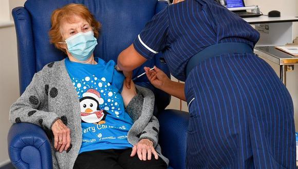 Margaret Keenan fue la primera en recibir una dosis de vacuna contra el coronavirus en el Reino Unido. (EFE/EPA/Jacob King).