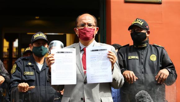 Procurador Luis Huerta llega al Tribunal Constitucional para presentar demanda en contra de vacancia presidencial. Fotos: Fernando Sangama