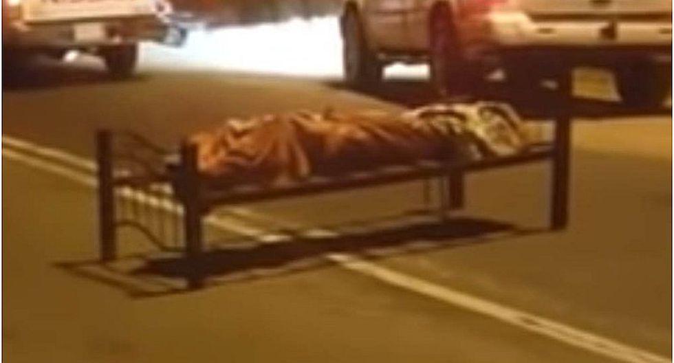 Hallan en medio de la carretera una cama con un cadáver envuelto (VIDEO)