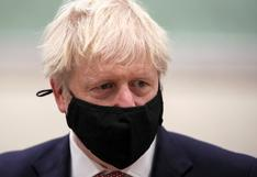 """Boris Johnson dice que la vacuna aprobada permitirá """"recuperar nuestras vidas"""""""