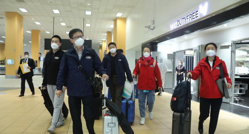 Imagen de miembros de una delegación del laboratorio Sinopharm llegando al aeropuerto internacional Jorge Chávez, en Lima. (EFE/EPA/Andina).