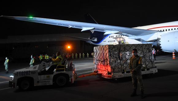 Una carga con equipo de protección personal enviada por China a México como ayuda para combatir la nueva pandemia de coronavirus COVID-19 se descarga desde un avión al aterrizar en el aeropuerto de la Ciudad de México. (Foto: AFP/Pedro Pardo)