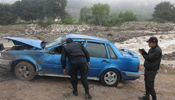 Por no cerrar vía dañada auto despista al río Moquegua