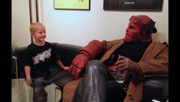 Agradece a Hellboy porque su hijo se va curando de leucemia