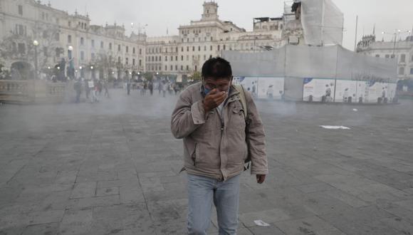 Ciudadanos afectados por los gases lacrimógenos en la Plaza San Martín. (Foto: Renzo Salazar/ @photo.gec)