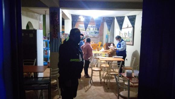 Personal de fiscalización clausuro bares que funcionaban sin licencia durante el toque de queda.