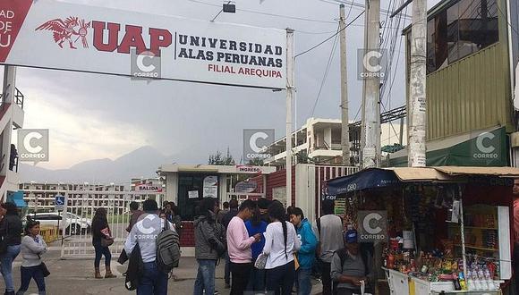 Largas colas en Universidad Alas Peruanas para trámites de traslados