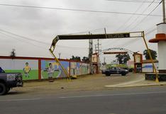 Camión provoca colapso del pórtico de ingreso a El carmen