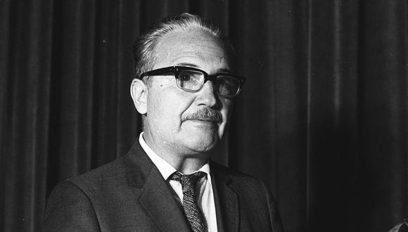 José María Arguedas autor de novelas y cuentos que lo han llevado a ser considerado como uno de los grandes representantes de la literatura en el Perú. 18 de octubre de 1968. (Foto GEC Archivo Histórico)