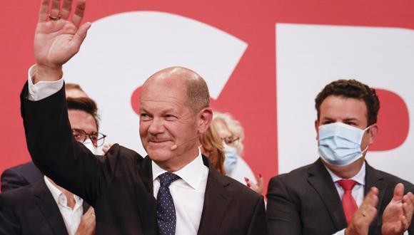 El ministro de Finanzas alemán, el vicecanciller y el candidato socialdemócrata (SPD) a canciller Olaf Scholz saluda después de las estimaciones tras las elecciones generales alemanas. (Foto: Odd ANDERSEN / AFP)
