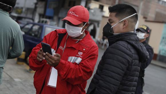 Dos ciudadanos observando un celular en plena calle.  (Foto: César Campos / GEC)
