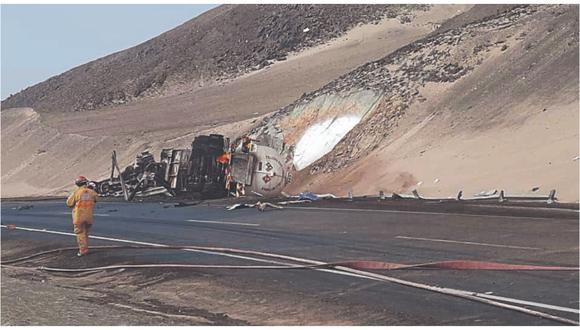 El camión cisterna se volcó en la Panamericana Norte y en cuestión de minutos fue consumido por el fuego.
